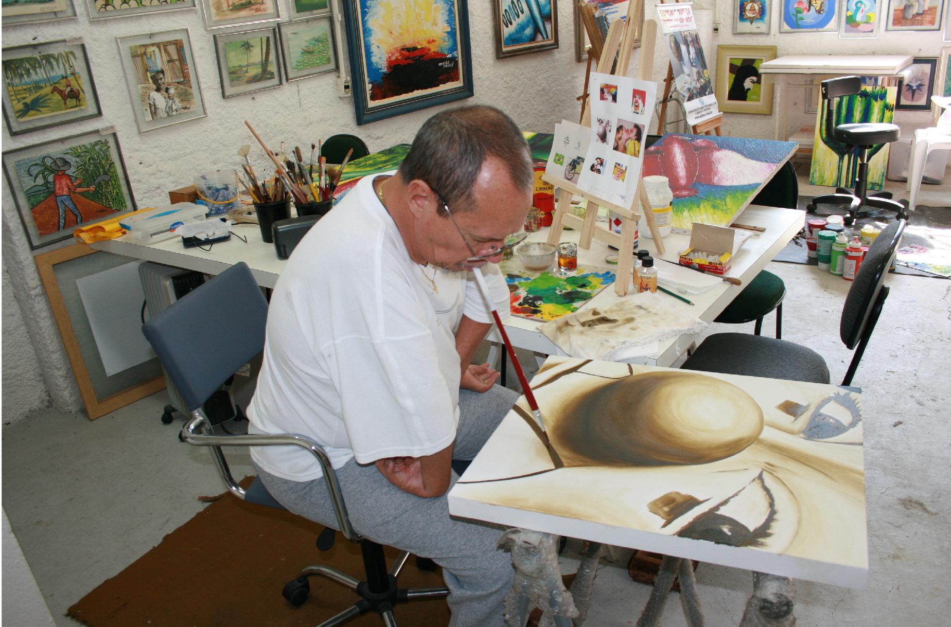 Associação dos Pintores com a Boca e os Pés é exemplo de inclusão no mercado de trabalho por meio da arte
